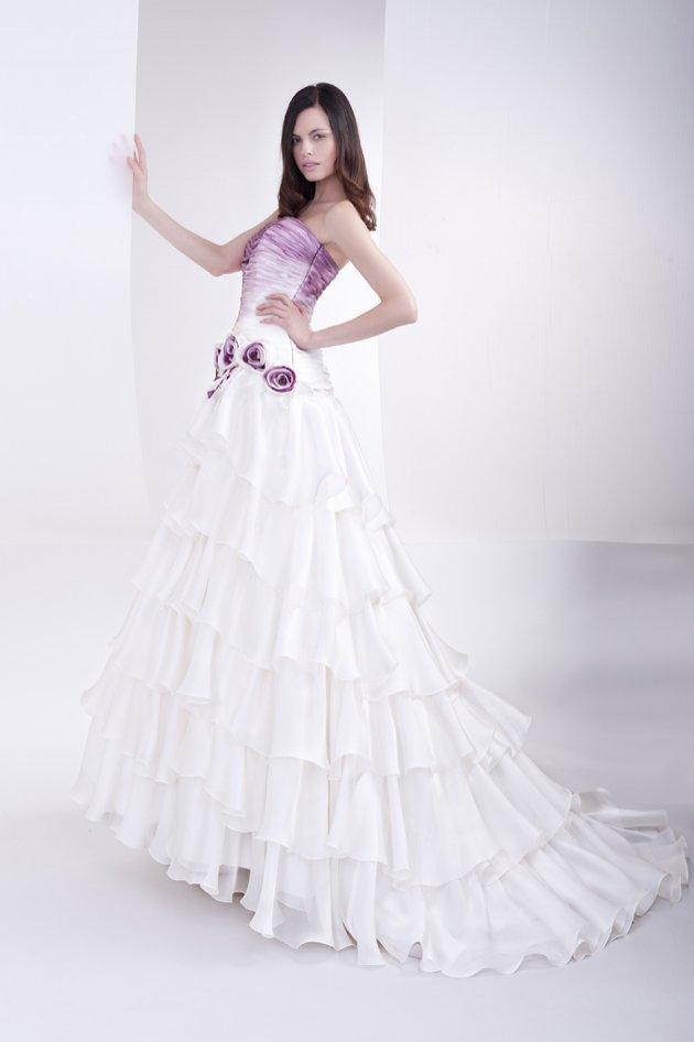cee06a36399e Sono pochi gli abiti da sposa di colore bianco in questa collezione